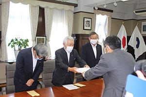 仁坂知事に署名を手渡す向山会長