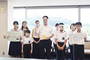 透明マスクを手に尾花市長(中央)と中学部生徒