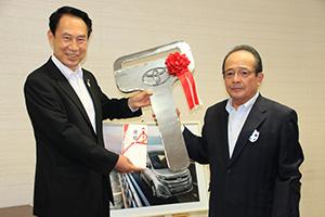 キーと目録を手にする尾花市長㊧、小川会長