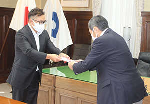 仁坂知事㊨に目録を手渡す宮本社長