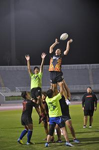 ラインアウトの練習を繰り返す選手たち(16日夜、紀三井寺公園陸上競技場)