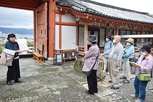 和歌浦天満宮で建築構造の特徴を聞く参加者