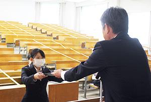 服部会長㊨から表彰を受ける晒さん