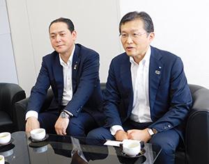 津村社長と会談する松尾支社長㊧と浅野執行役員