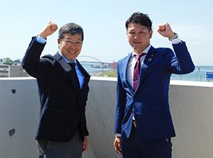 ガッツポーズする阪和HDの田村社長㊨と野井専務