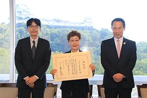 表彰状を手にする岩尾さん㊥と尾花市長㊨、新井所長