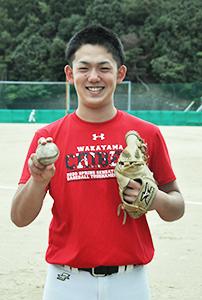夢への吉報を待つ小林選手(和歌山市冬野の学校グラウンドで)