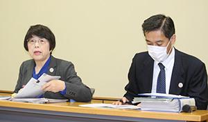 感染者について発表する野㞍技監㊧(25日県庁で)