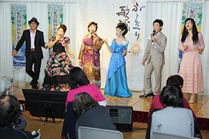 観客と「和歌山ブルース」を歌う地元歌手