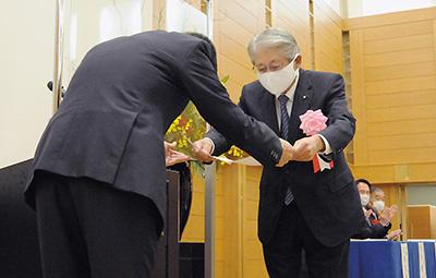 上野会長㊧から感謝状が橋本理事長へ贈られた