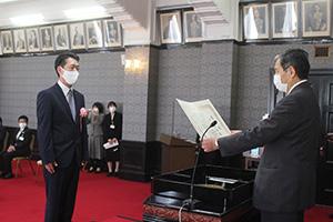 仁坂知事㊨から表彰状を受け取る澤田さん