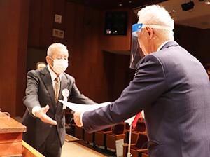 赤阪会長㊨から表彰を受ける受賞者