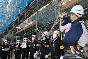 和歌山城ホールの建設現場を視察する池田局長(右から2人目)ら