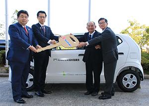 寄贈された福祉巡回車の前で入山会長(左から2人目)、森尾会長(同3人目)ら