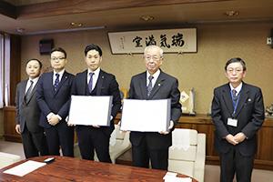 協定を結んだ福馬オフィス長(左から3人目)と中芝市長(同4人目)