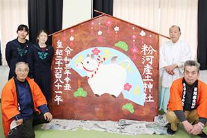 巨大絵馬を奉納した森さん(後列左から2人目)と藤川さん(後列左)