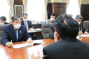 担当職員から事業の説明を受け、査定を行う仁坂知事(中列左)ら