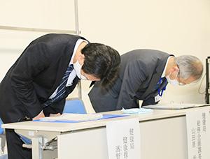 記者会見で陳謝する濱野部長㊧ら