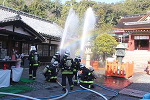 懸命に放水活動を行う消防職員ら