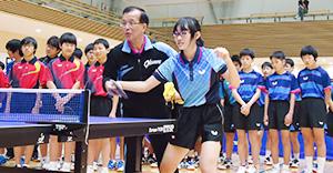 田辺市で行われたオークワ卓球部による講習会(オークワ提供)