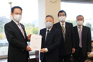 尾花市長㊧に要望書を手渡す木下組合長(左から2人目)ら