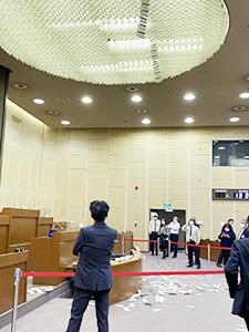 地震で和歌山市議会議場の照明の飾りが落下した(市議提供)