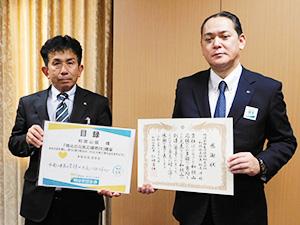 宮本部長㊧から松尾支社長に感謝状が贈られた