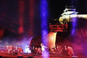 壮大な光の演出の中で行われた上演の収録(2月27日)