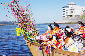 桟橋から海へ流す「ひな流し」
