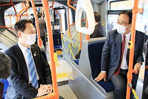 連節バス内で意見交換する尾花市長㊧と遠北社長㊨