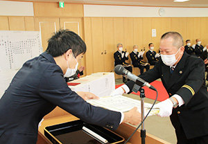 信夫副市長㊧から表彰を受ける受章者