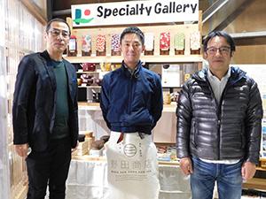 きのくに信金特設コーナーの前で(右から)青山支店長、野田社長、角田社長
