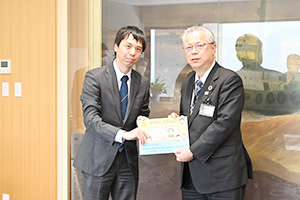 神出市長㊨に絵本を手渡す川口会長