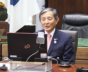 県内の感染拡大状況を語る仁坂知事