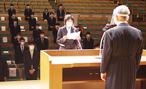 新入生代表で宣誓する清水さん