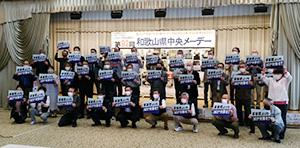 「軍事費よりもコロナ対策を」と書かれたボードを手にする参加者たち