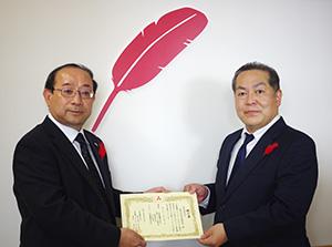 贈呈書を手に瀨事務局長㊧と平川総務部長