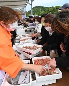 新鮮な魚を買い求める人たち