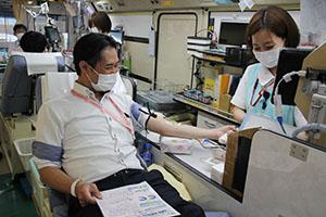 献血をする参加企業の従業員