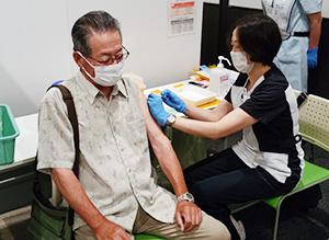 高齢者を対象に始まったワクチンの集団接種(イオンモール和歌山)