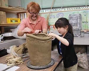 円筒埴輪作りに挑戦する親子