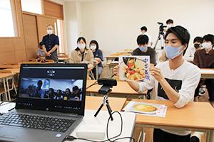 日本で人気の中華料理を紹介する和歌山信愛大学の学生