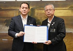 締結書を手に松尾支社長㊧と神出市長