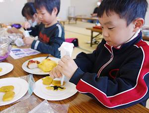 地域の子どもたちが集まり、食事をしながら楽しい時間を共有している (2020年10月、おのみなとこども食堂提供)