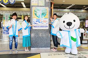 2021枚目のポスターの前で(左から)まさとしさん、本谷さん、よしひろさん、きいちゃん