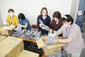 配布する生理用品を袋詰めする職員ら
