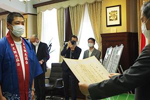 加太観光協会への表彰状を読み上げる仁坂知事㊨
