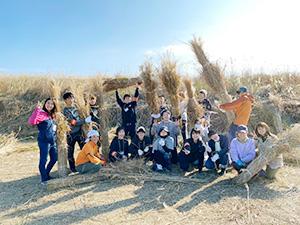生石高原で茅刈りをするメンバー