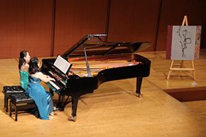 ピアノ連弾を披露する大守真央さんと中川知保さん