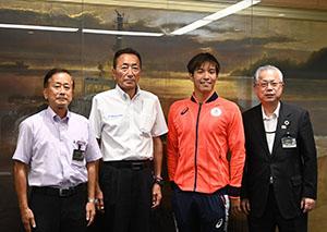 笑顔の南出選手(右から2人目)を囲んで神出市長㊨、吉田さん(同3人目)、西原教育長